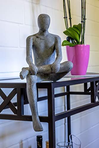 IDYL Moderne Skulptur Figur Sandsteinguss Sitting Man   wetterfest   Farbe grau   Masse 19x23x43 cm...