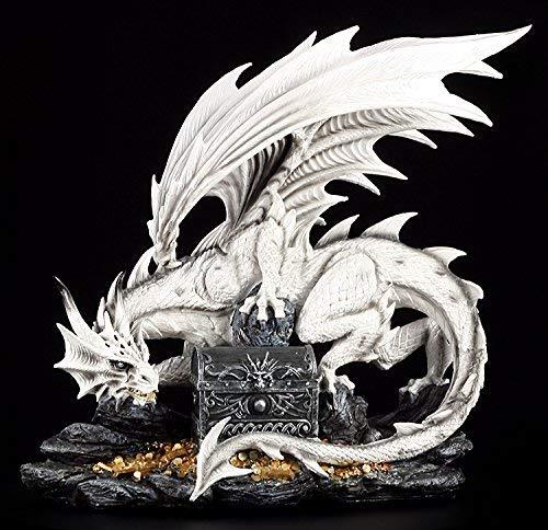 Große weiße Drachen Figur bewacht Schatztruhe