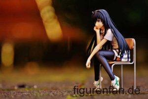 Anime Manga Figur sitzt auf einem Stuhl