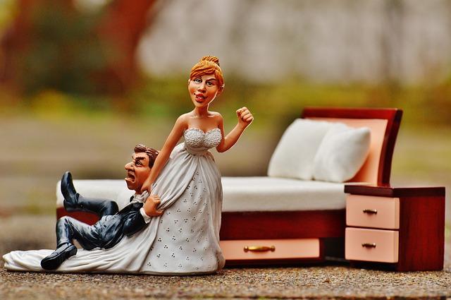Figur Braut schleift Ihren Bräutigam hinter sich her