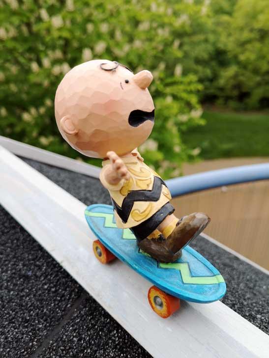 Figur von Charlie Brown von den Peanuts auf einem Skateboard