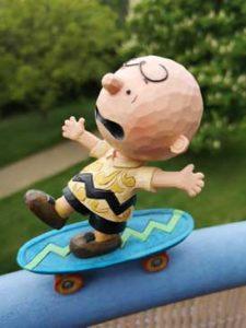 Peanuts Figur Charlie Brown auf dem Skateboard