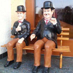 Dick und Doof wetterfeste Gartenfiguren auf Bank