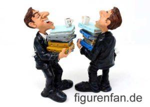 Beamter Sammlerfigur mit einem Stapel Akten auf dem Arm und kaffeetasse auf dem Stapel