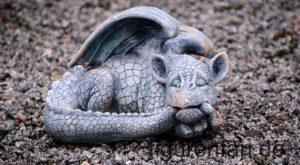 Gartenfigur wetterfest Beton schlafender Drache
