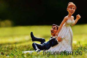 Hochzeitspaar Sie schleift ihn hinterher Polysterin Kunstharz Figuren