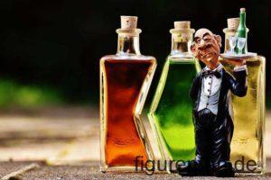 Sammlerfigur Kellner mit Tablet vor Flaschen aus Polyresin Kunstharz