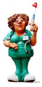 Lustige dickliche Krankenschwester mit Spritze und Herz