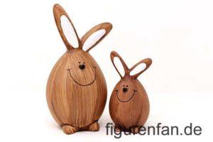 Zwei Holz Osterhasen mit Smiley Gesicht