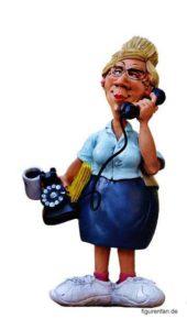 Sekretärin mit Hörer am Ohr Telefon und Tasse in der anderen Hand