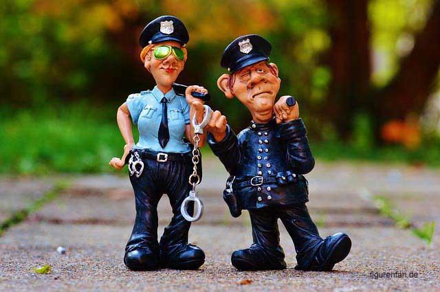 Figur Polizist und Polizistin mit Handschellen