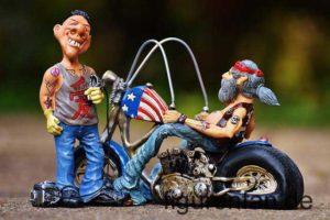 Taetowierer vor einem Rocker mit Bike