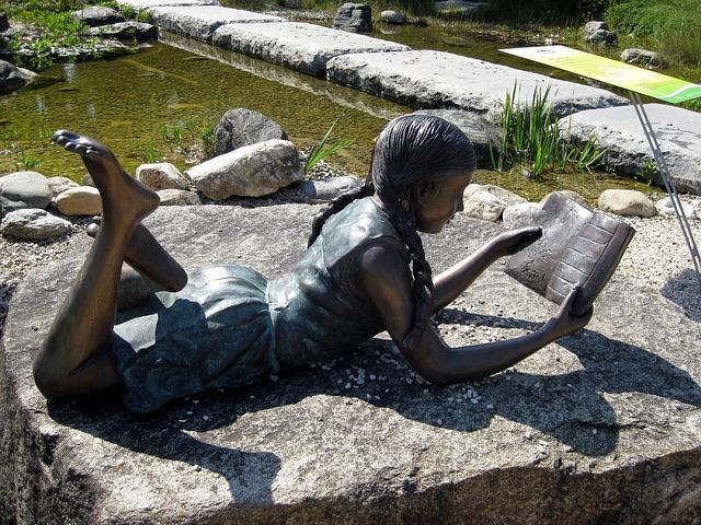 lebensgroße Bronze Skulptur lesendes Mädchen