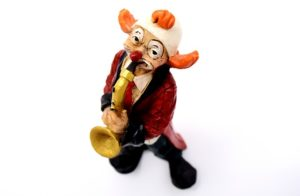 Eine Musik Clown Figur mit Saxophon
