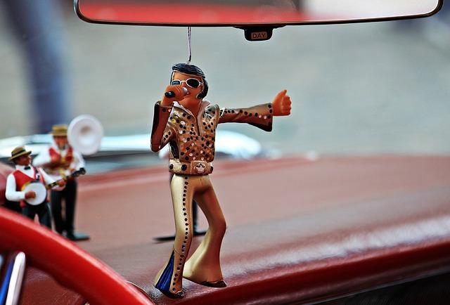 Wackel Elvis hängt am Spiegel