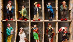 Sammlerregal mit Figuren