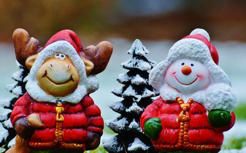 Weihnachtsfigur und Weihnachtselch