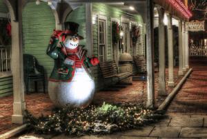 Schneemann vor Haus