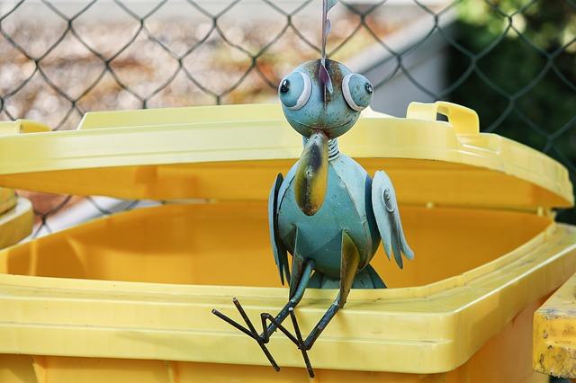 Gartenfigur Vogel auf Mülltonne