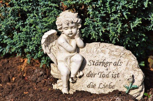 Engel auf einem Grabstein mit Inschrift