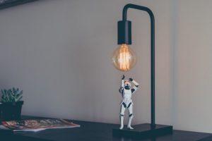 Figur unter einer Lampe