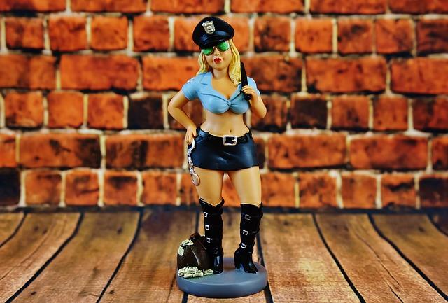 Polizistin Figur vor einer Wand