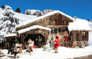 Eine Weihnachtskrippe im Schnee