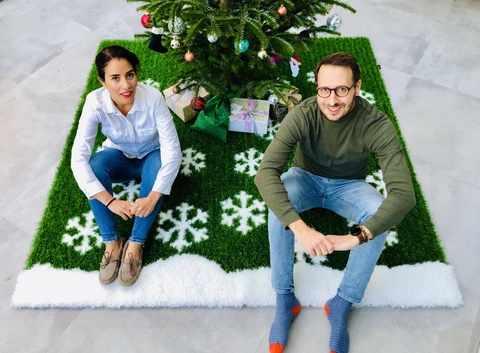 Ehepaar Sauter auf einem Weihnachtskunstrasen