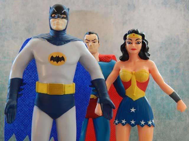 3 Superhelden Figuren in Frontansicht